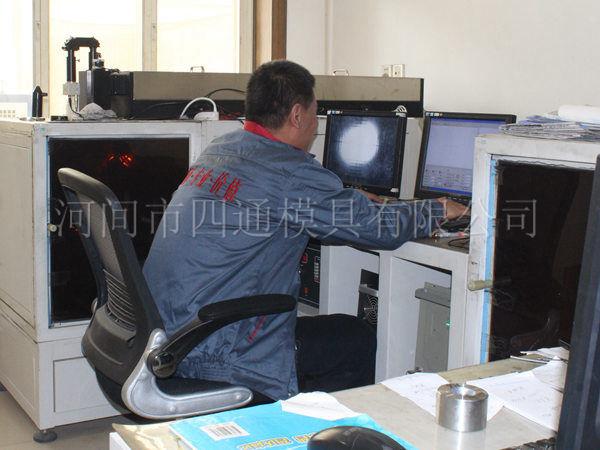 激光打孔车间主要生产大孔模具或直孔模具